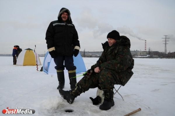 В Белоярском водохранилище с отколовшейся льдины спасли 23 рыбаков