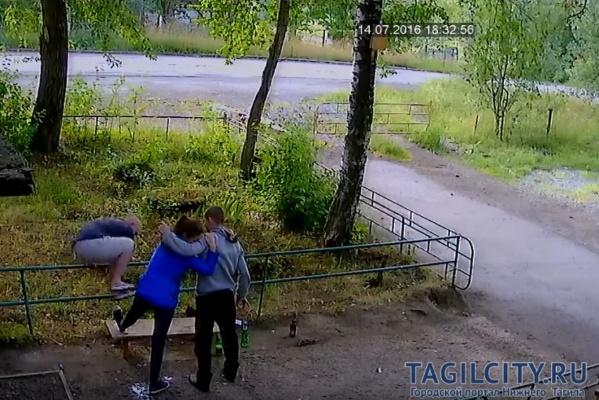 Верные друзья! Тагильские парни сломали пьяной подруге ногу по ее просьбе. ВИДЕО