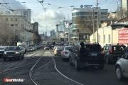 Мужчины поехали за подарками на 8 марта? Екатеринбург в разгар вторника встал в многокилометровые пробки. ФОТО