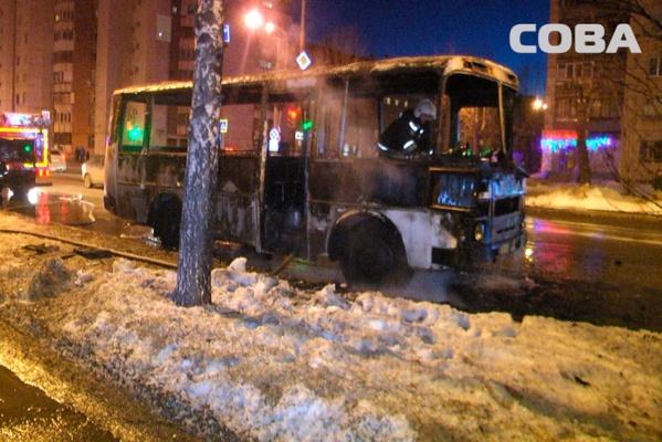 В центре Екатеринбурга из-за неисправности газового оборудования сгорел автобус. ФОТО