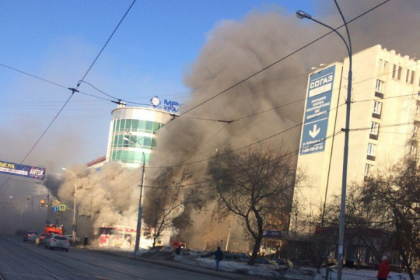 Центр Екатеринбурга вдыму— пылает закусочная Сегодня в09:25