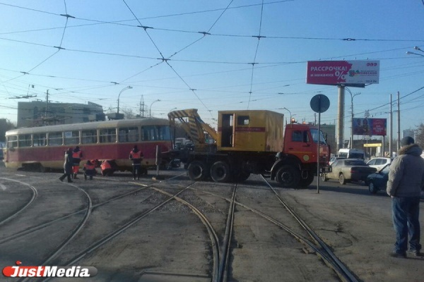 Сошедший срельсов трамвай заблокировал движение врайоне Уралмаш