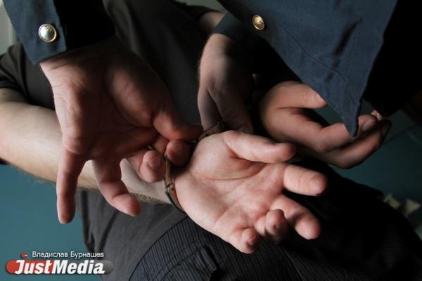 Двое молодых людей, которых судят заграбеж, принесли всуд наркотики