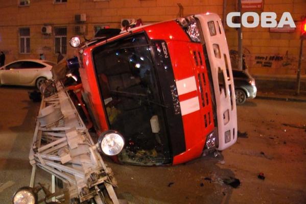 В центре Екатеринбурга в столкновении с Opel перевернулась пожарная машина, спешившая на выезд. ФОТО