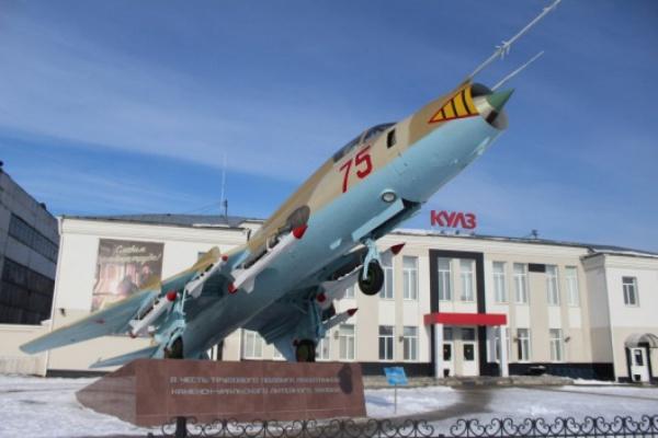В Каменске-Уральском установили монумент - боевой самолет СУ-17