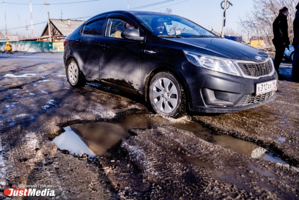 «Люди привыкли жить в грязи». Растаявший снег затопил улицы Ирбита