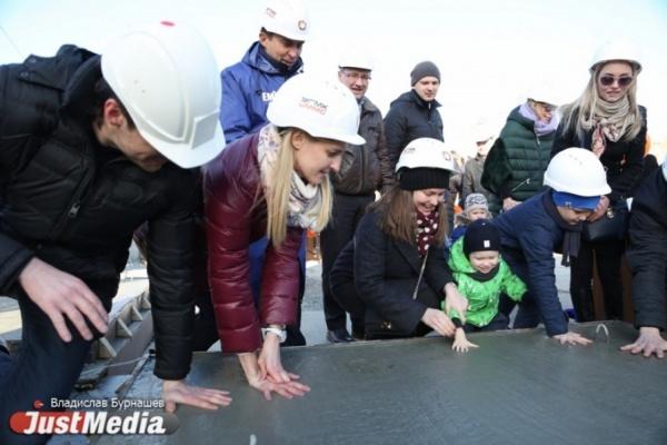 «Это войдет в историю». Новоселы «Макаровского квартала» оставили след в фундаменте своего будущего дома