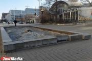 В сквере Попова развалился фонтан. В администрации утверждают, что «это нормально». ФОТО