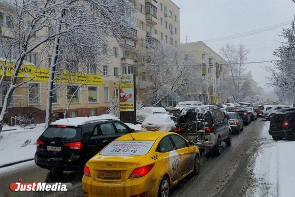 Неожиданный снегопад парализовал движение на дорогах Екатеринбурга. ФОТО