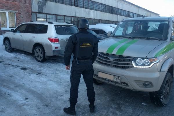 В Екатеринбурге приставы за многомиллионные долги арестовали внедорожник Toyota
