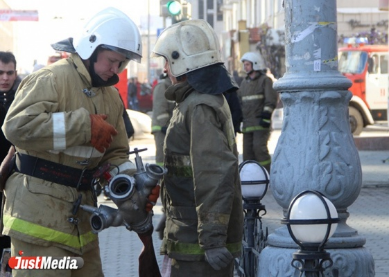ВЕкатеринбурге наУктусе ночью сгорели три автомобиля