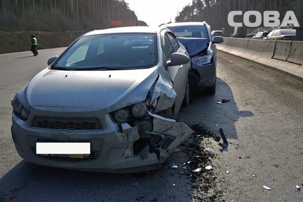 «Нужно сваливать, но не успел». На Кольцовском тракте водитель иномарки собрал паровозик из трех машин. ФОТО