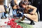«Помним. Скорбим. Не забудем». Уральцы почтили память жертв теракта в Санкт-Петербурге. ФОТО