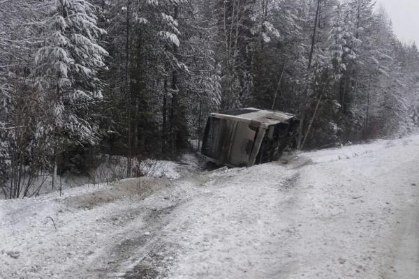 Натрассе под Екатеринбургом наскользкой дороге перевернулся автобус спассажирами