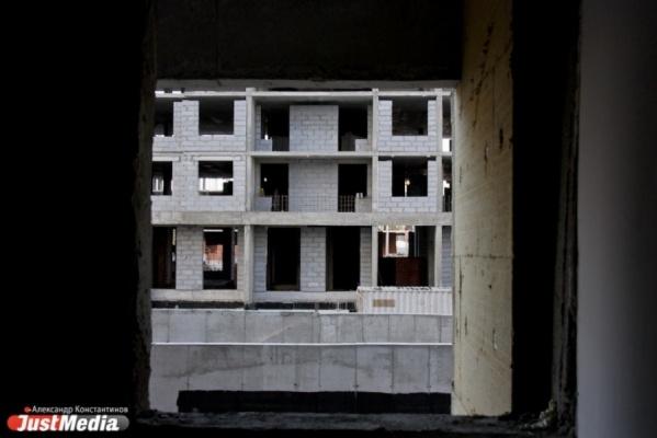 «Путин, помогите достроить дом!». Обманутые дольщики ЖК «Щербакова» оставили огромные послания на недостроенном доме. ФОТО