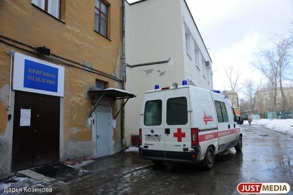 В Екатеринбурге пьяный пациент напал с палкой на бригаду скорой, которая приехала его спасать