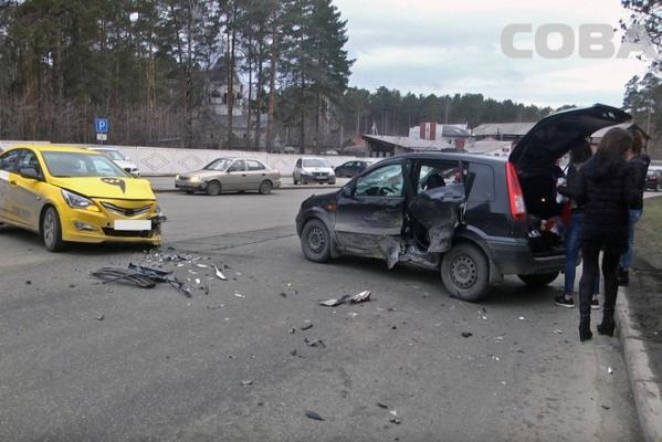 Возле Широкореченского кладбища автоледи на Ford протаранила такси. ФОТО