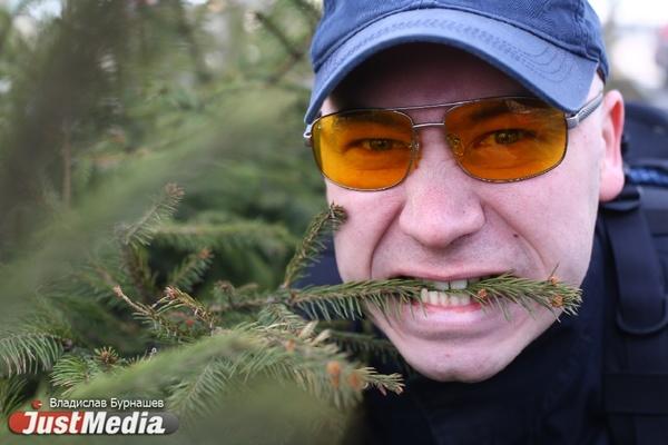 Мансур Шаймарданов, пожарный: «У нас то холодно, то жарко, благо елки круглый год зелено-стабильные». В Екатеринбурге +11 и дожди