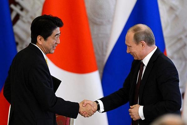 Премьер Японии желает обсудить сПутиным мирный договор между странами