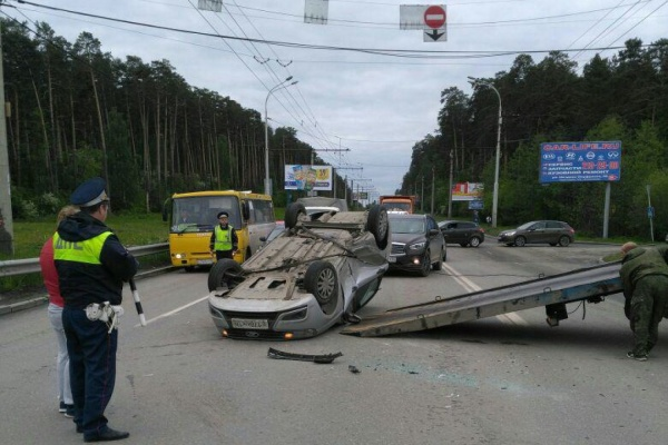 Улица Амундсена встала в пробке из-за перевернувшегося автомобиля