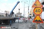 Укладывают асфальт и ставят бордюры. В Екатеринбурге кипят ремонтные работы на улицах возле Центрального стадиона. ФОТО