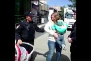 В Екатеринбурге полиция скрутила маму с малышом на руках за торговлю ягодами. Следователи начали проверку