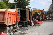 На улице Фурманова перекрыли одну из полос движения из-за замены канализационных труб. ФОТО