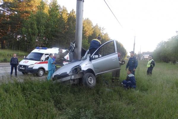 В Каменске-Уральском 25-летний лихач на Toyota убил своего пассажира, намотав машину на столб