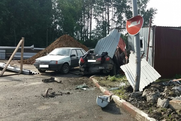 ВБерезовском шофёр Лексус сбил насмерть пешехода, врезался встолб иВАЗ