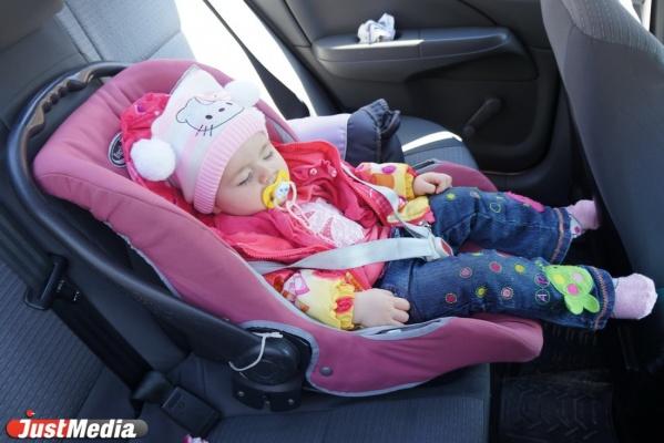 Руководство  РФразрешило перевозить детей старше 7 лет без автокресел