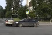 Видеорегистратор снял, как на Уралмаше Toyota протаранила Daewoo, мешавшую ей проскочить на красный. ВИДЕО
