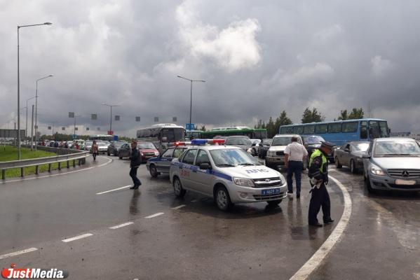 Парковку ИННОПРОМа затопило дождем из-за чего сотни автомобилей встали в пробку