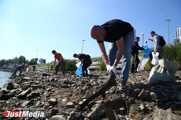 «Не должно быть помойки в центре города». Сотни екатеринбуржцев вышли очищать Городской пруд от битого стекла. ФОТО