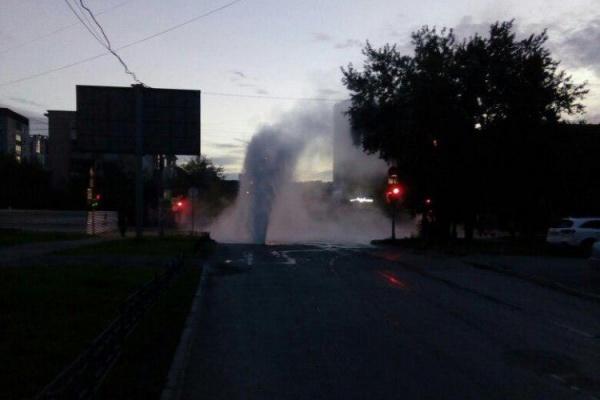 Очередной фонтан вовремя опрессовок забил среди проезжей части наФурманова