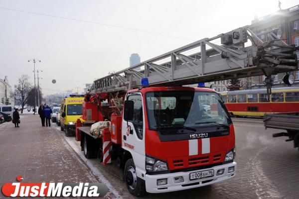 ВЕкатеринбурге в различных  районах города ночью сгорели 5  машин