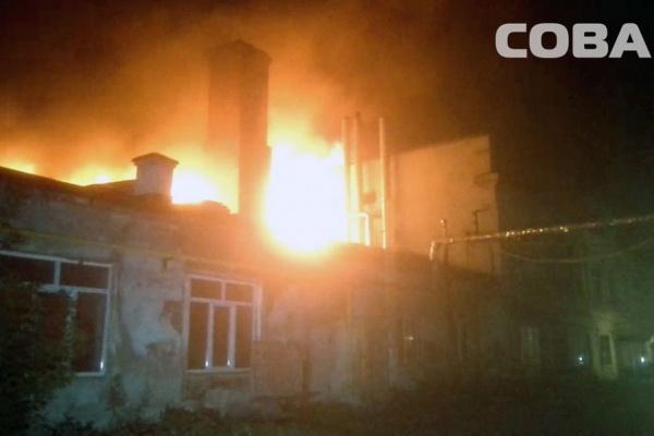 В Большом Истоке крупный пожар уничтожил склад с мебелью и пластиковыми окнами
