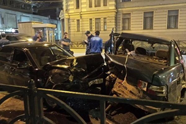 Вцентре Екатеринбурга Лада Priora взяла натаран три автомашины