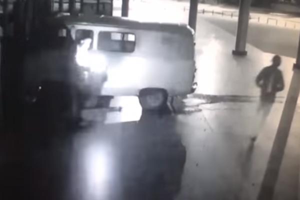 Мужчина, атаковавший ККТ «Космос», сам поджег автомобиль с газовыми баллонами. ВИДЕО