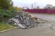 Тагильские рабочие во время ремонта улицы Восточная «вынесли мусор» в гаражи