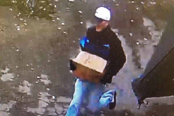 Добыча на млн.: вЕкатеринбурге трое мужчин ограбили инкассатора