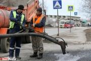 Под Екатеринбургом рабочие облили гудроном 40 машин