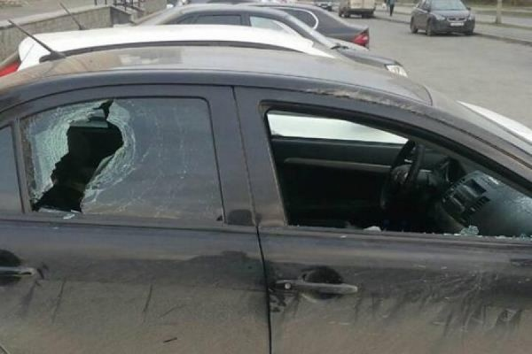 В Екатеринбурге в третий раз разбили окна машины работника местной управляющей компании