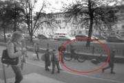 В Екатеринбурге велосипедист на полной скорости влетел в пятиклашку у девятой гимназии. ВИДЕО