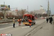 На Макаровском мосту, который откроется через час, рабочие рисуют дорожную разметку