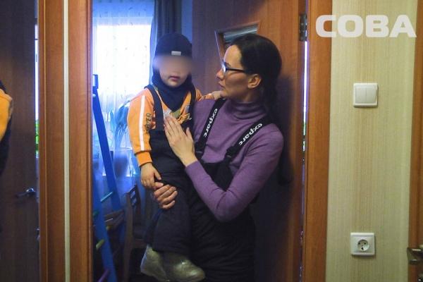 ВЕкатеринбурге небольшой ребенок оказался заточённым всвоей квартире