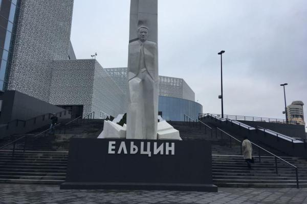 Нацболы подожгли памятник Ельцину вЕкатеринбурге