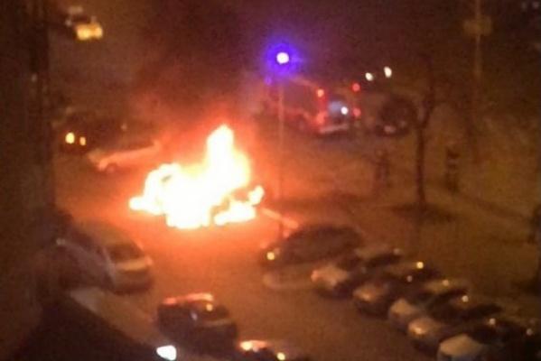 На Уралмаше на охраняемой парковке сгорели четыре иномарки