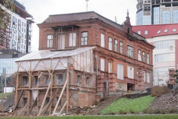 «Это изменит облик памятника». Известный архитектор Екатеринбурга просит горожан не допустить создания зимнего сада в Косом доме