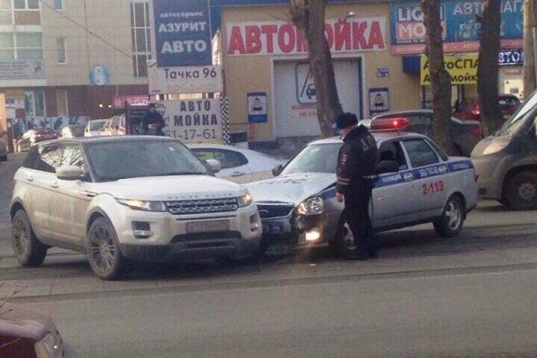 ВЕкатеринбурге наулице Гагарина автомобиль ДПС врезался вRange Rover