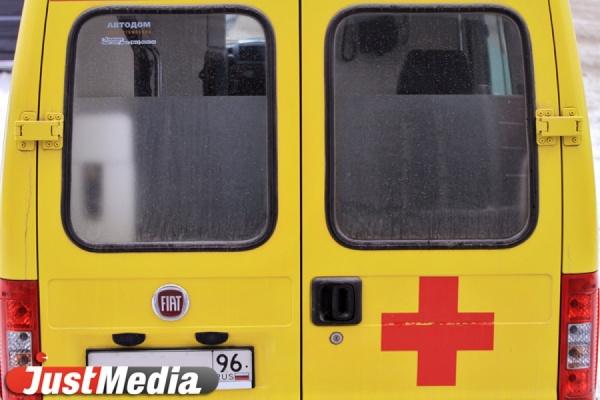 Под Нижним Тагилом иномарка влетела в микроавтобус и загорелась. Ее водитель погиб на месте